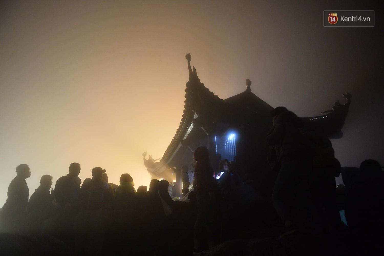 Hàng ngàn người dân đội mưa phùn trong giá rét, hành hương lên đỉnh Yên Tử trong đêm-4