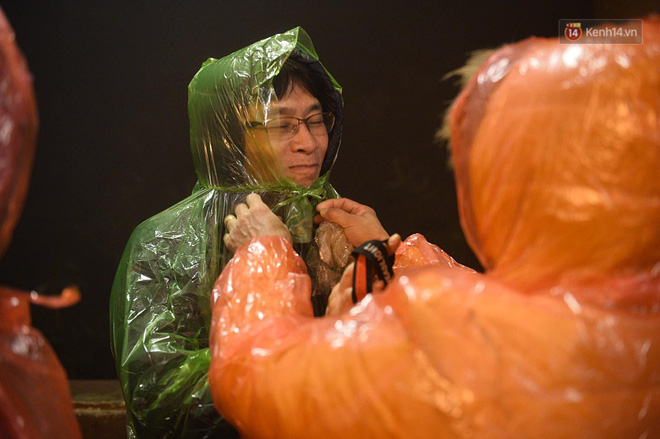 Hàng ngàn người dân đội mưa phùn trong giá rét, hành hương lên đỉnh Yên Tử trong đêm-5