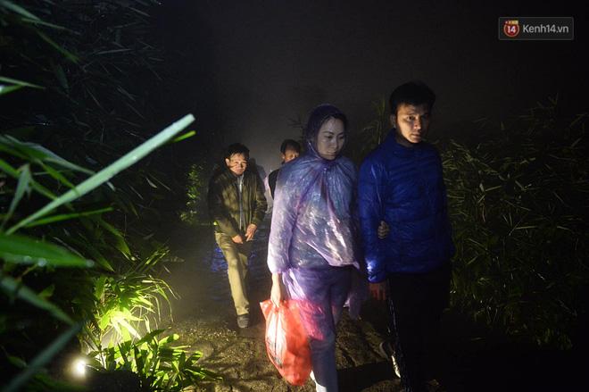Hàng ngàn người dân đội mưa phùn trong giá rét, hành hương lên đỉnh Yên Tử trong đêm-6