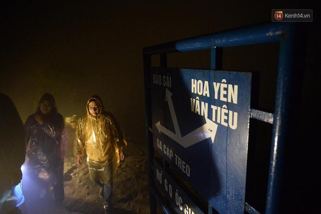 Hàng ngàn người dân đội mưa phùn trong giá rét, hành hương lên đỉnh Yên Tử trong đêm-7