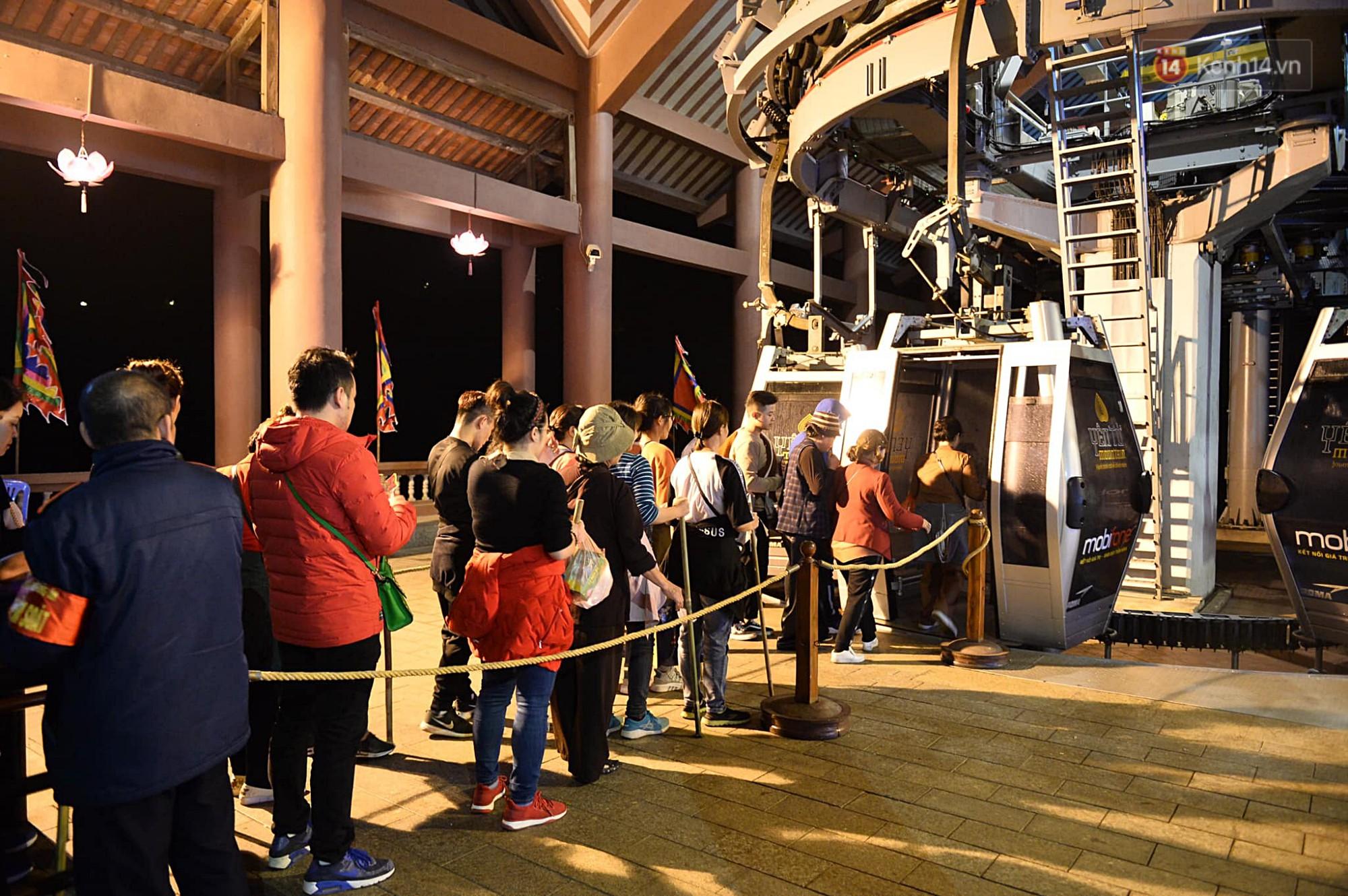 Hàng ngàn người dân đội mưa phùn trong giá rét, hành hương lên đỉnh Yên Tử trong đêm-10