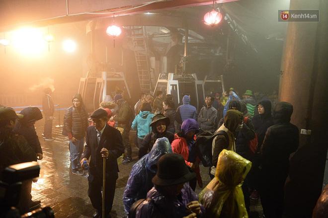 Hàng ngàn người dân đội mưa phùn trong giá rét, hành hương lên đỉnh Yên Tử trong đêm-11