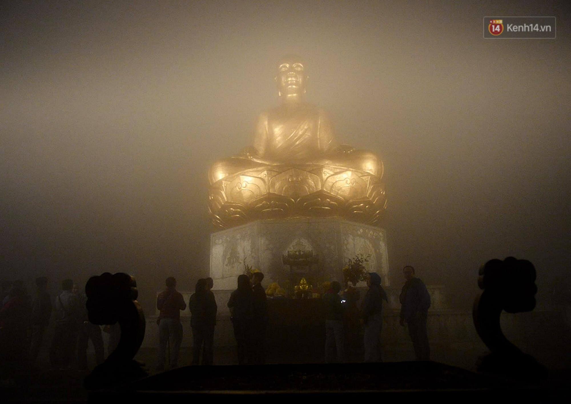 Hàng ngàn người dân đội mưa phùn trong giá rét, hành hương lên đỉnh Yên Tử trong đêm-13