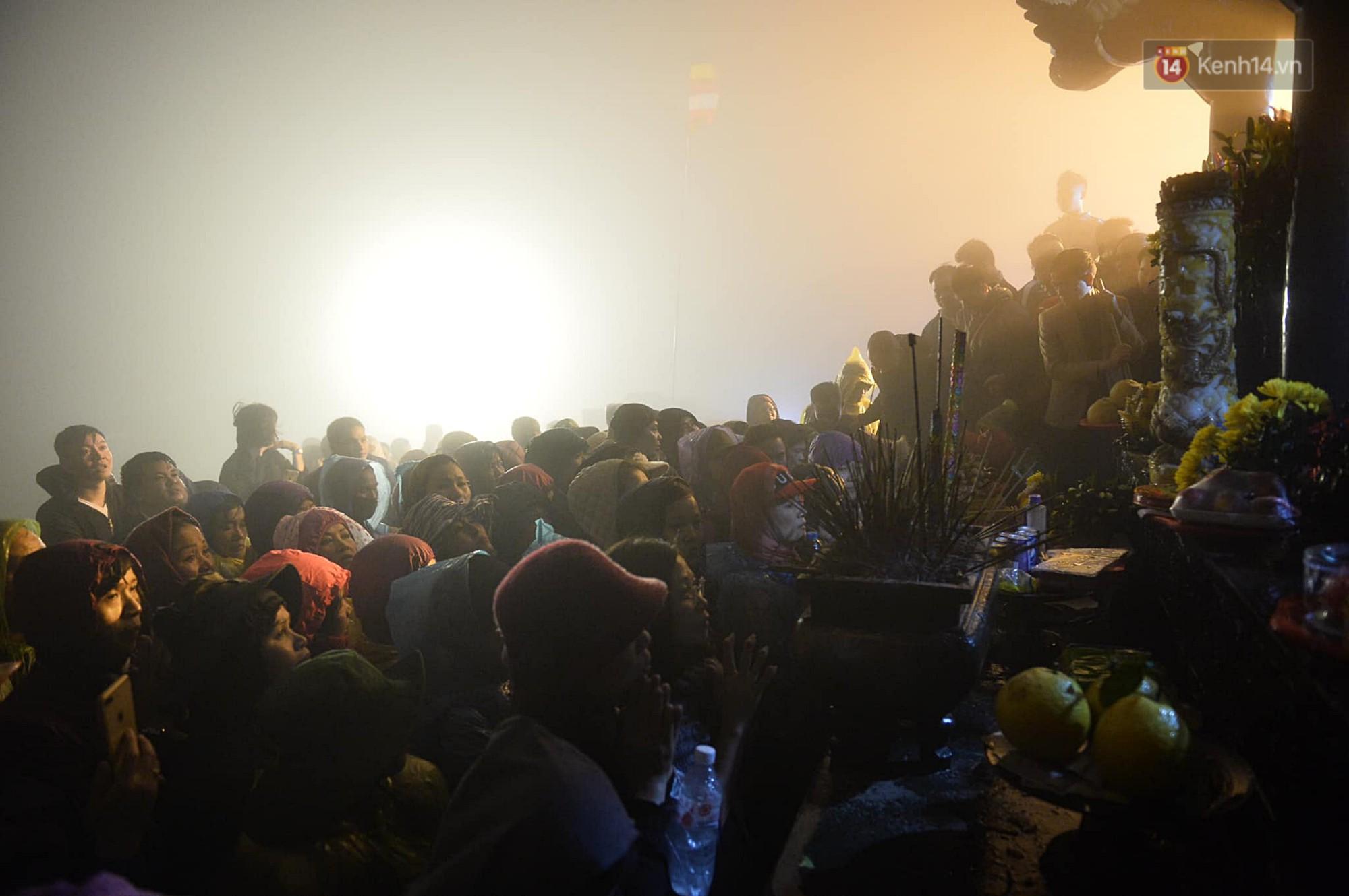 Hàng ngàn người dân đội mưa phùn trong giá rét, hành hương lên đỉnh Yên Tử trong đêm-14