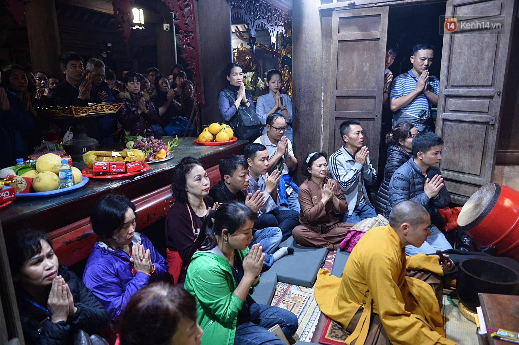 Hàng ngàn người dân đội mưa phùn trong giá rét, hành hương lên đỉnh Yên Tử trong đêm-15