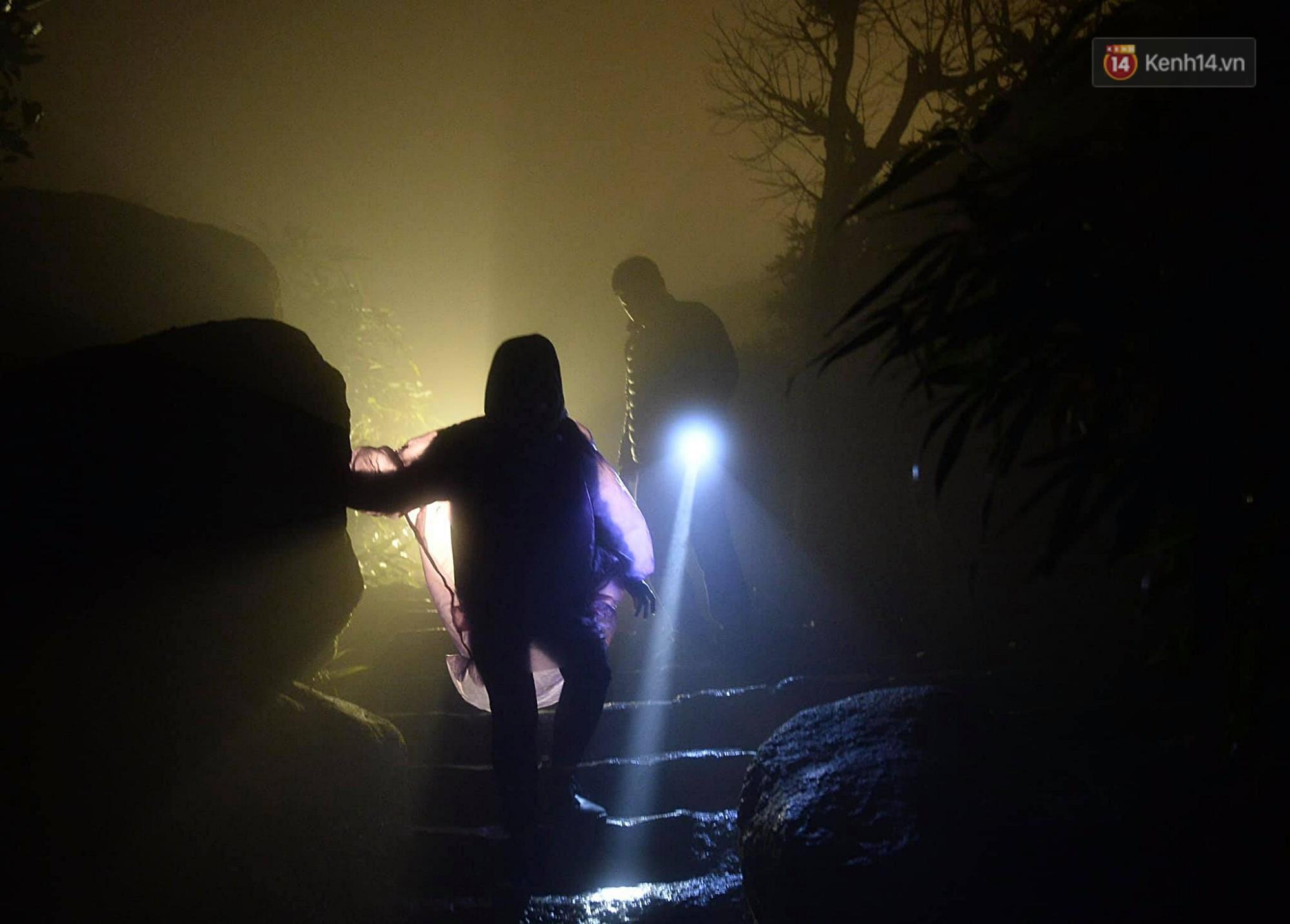Hàng ngàn người dân đội mưa phùn trong giá rét, hành hương lên đỉnh Yên Tử trong đêm-8