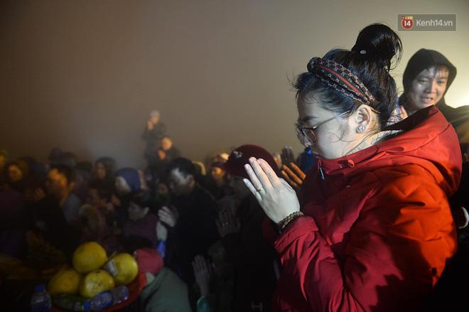 Hàng ngàn người dân đội mưa phùn trong giá rét, hành hương lên đỉnh Yên Tử trong đêm-18