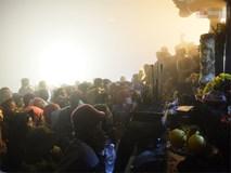 Hàng ngàn người dân đội mưa phùn trong giá rét, hành hương lên đỉnh Yên Tử trong đêm