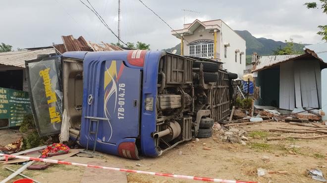 Xe khách Bắc Nam lao vào nhà dân, hàng chục người nhập viện-2