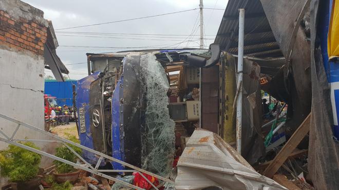 Xe khách Bắc Nam lao vào nhà dân, hàng chục người nhập viện-3