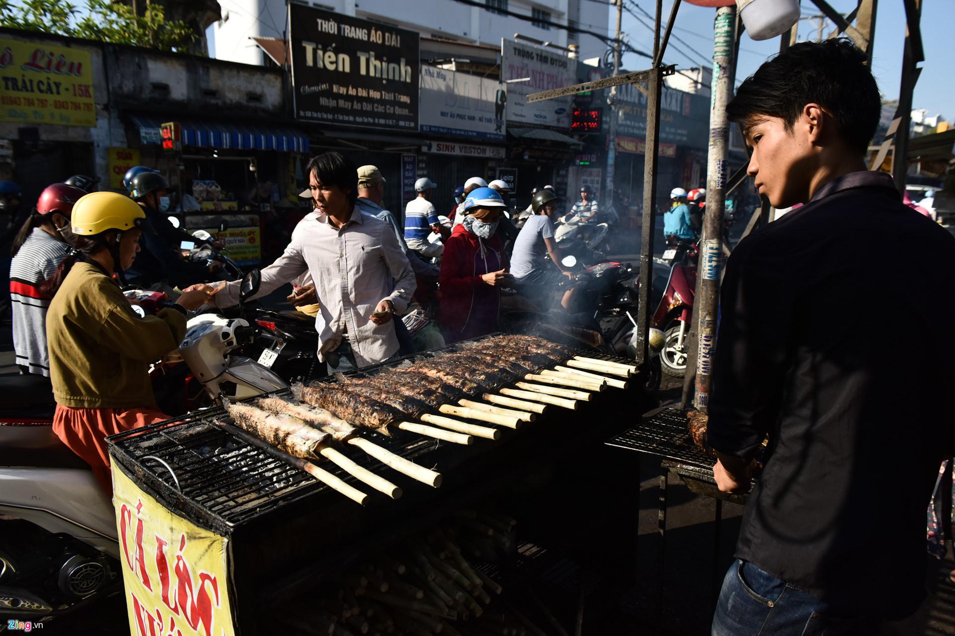 Nướng 3.000 cá lóc, chủ tiệm Sài Gòn vẫn không đủ bán ngày Thần Tài-1