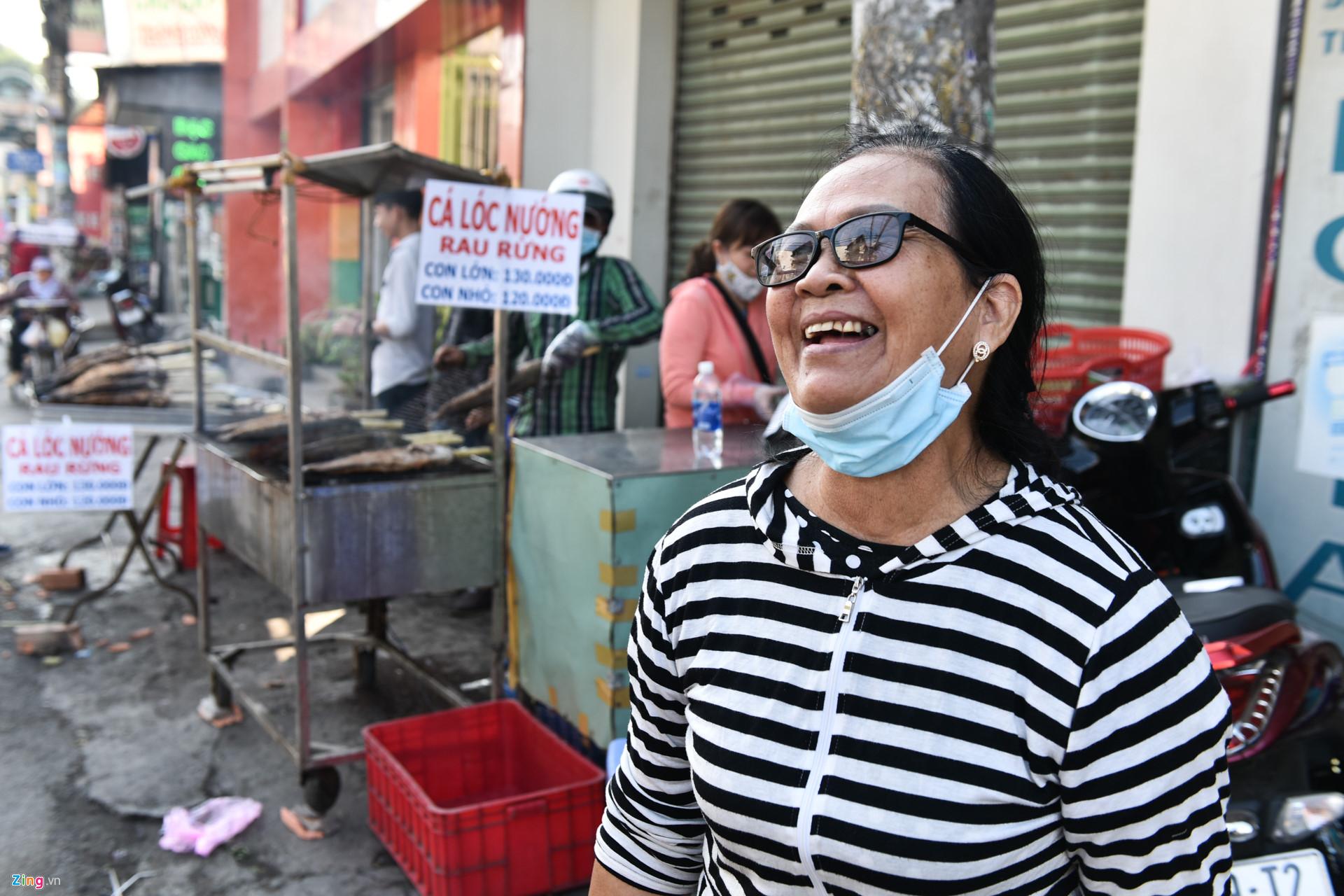 Nướng 3.000 cá lóc, chủ tiệm Sài Gòn vẫn không đủ bán ngày Thần Tài-10