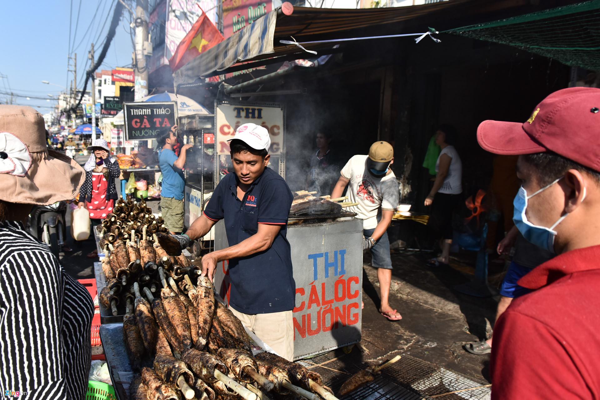 Nướng 3.000 cá lóc, chủ tiệm Sài Gòn vẫn không đủ bán ngày Thần Tài-4