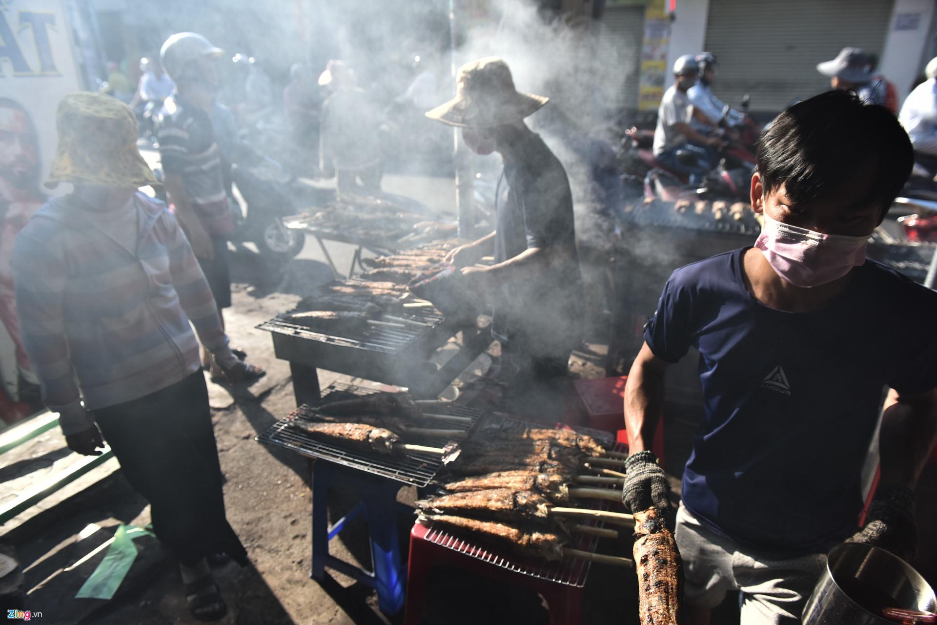 Nướng 3.000 cá lóc, chủ tiệm Sài Gòn vẫn không đủ bán ngày Thần Tài-5