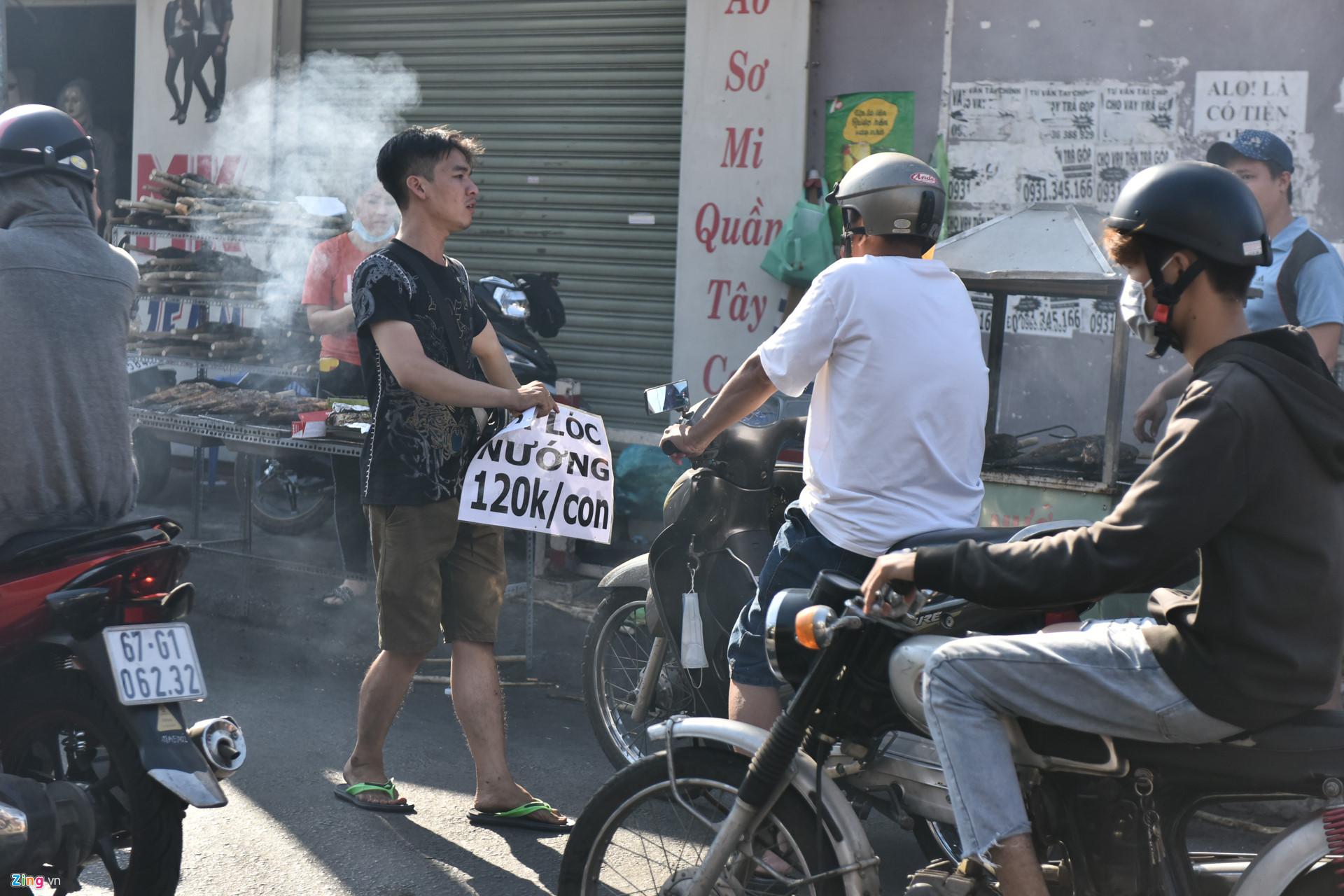 Nướng 3.000 cá lóc, chủ tiệm Sài Gòn vẫn không đủ bán ngày Thần Tài-9