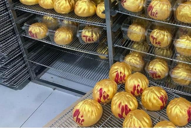 """Phát sốt với bánh vàng"""" ngày Thần Tài, 2 ngày bán hơn 6000 chiếc-10"""