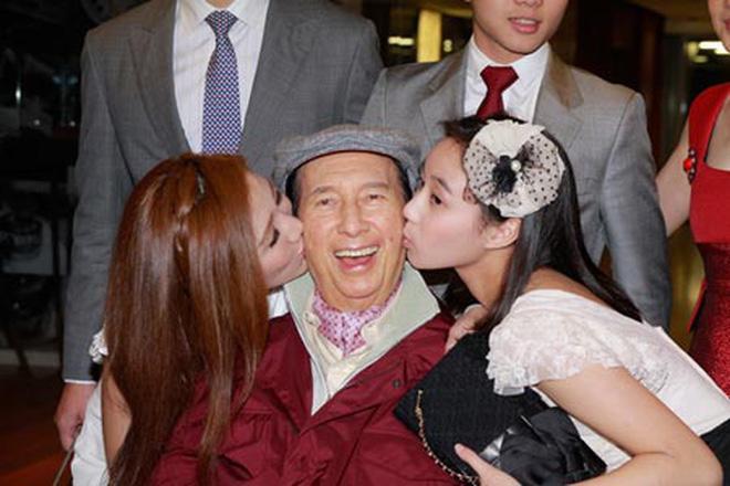 Kém bố 78 tuổi, bé gái này sinh ra đã có hàng trăm tỷ, lớn lên cực xinh đẹp-4