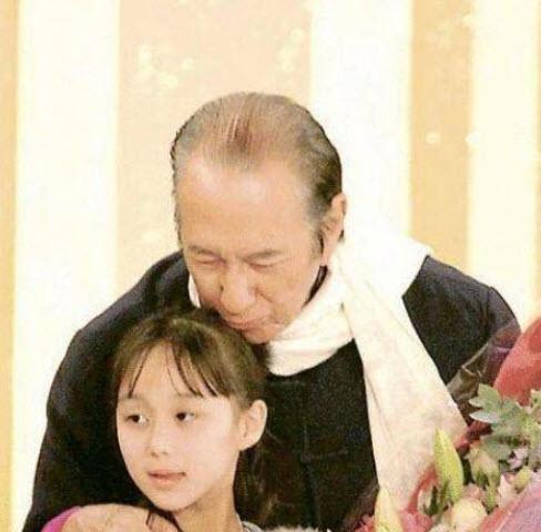 Kém bố 78 tuổi, bé gái này sinh ra đã có hàng trăm tỷ, lớn lên cực xinh đẹp-3