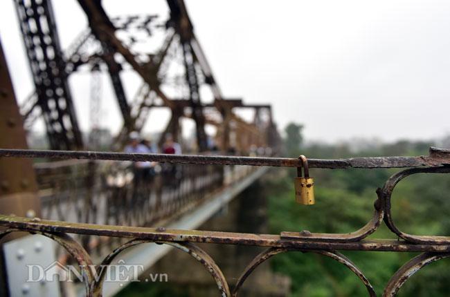 Ảnh: Những ổ khóa tình yêu trên cầu Long Biên-12