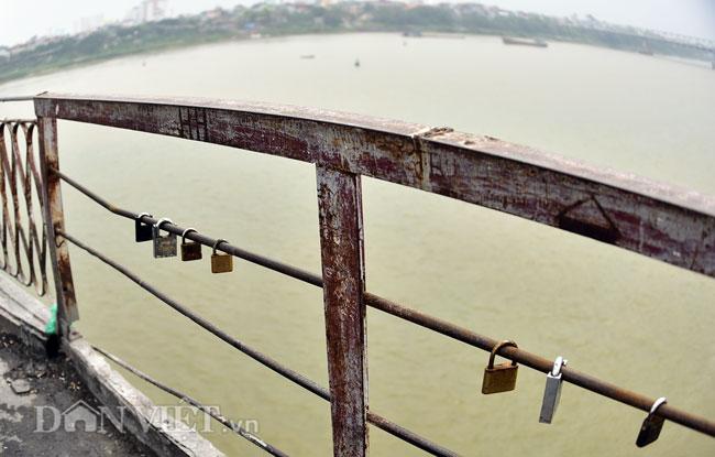 Ảnh: Những ổ khóa tình yêu trên cầu Long Biên-4