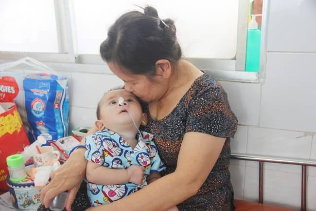 Ánh mắt cầu cứu của bé trai 7 tháng tuổi bị mẹ bỏ rơi trước cổng chùa vì mắc bệnh bại não-12
