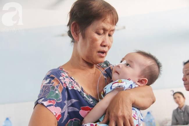 Ánh mắt cầu cứu của bé trai 7 tháng tuổi bị mẹ bỏ rơi trước cổng chùa vì mắc bệnh bại não-13