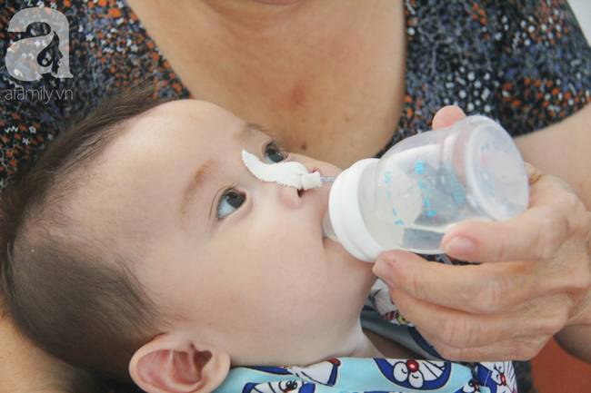 Ánh mắt cầu cứu của bé trai 7 tháng tuổi bị mẹ bỏ rơi trước cổng chùa vì mắc bệnh bại não-16
