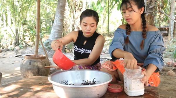 Hai cô gái Campuchia bình thản chế biến rồi thưởng thức nhện độc khiến dân tình khiếp đảm-1
