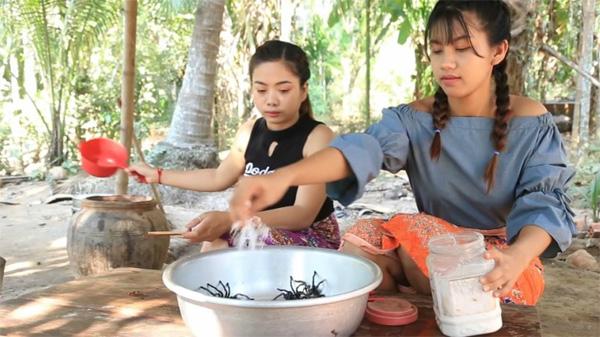 Hai cô gái Campuchia bình thản chế biến rồi thưởng thức nhện độc khiến dân tình khiếp đảm-2