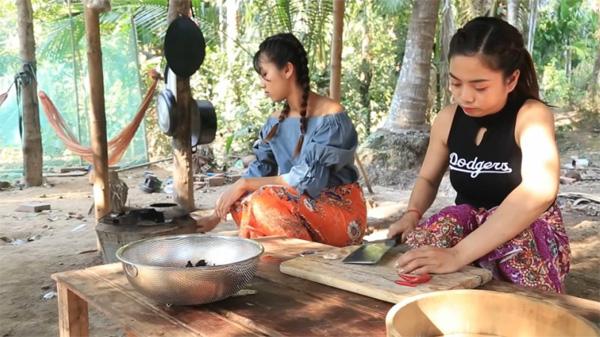 Hai cô gái Campuchia bình thản chế biến rồi thưởng thức nhện độc khiến dân tình khiếp đảm-3