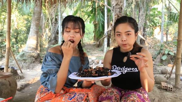 Hai cô gái Campuchia bình thản chế biến rồi thưởng thức nhện độc khiến dân tình khiếp đảm-6