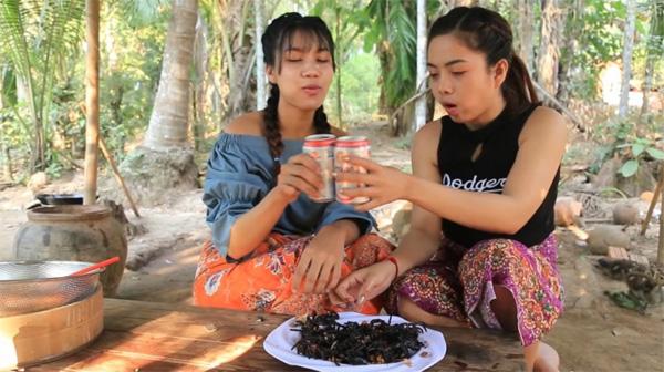 Hai cô gái Campuchia bình thản chế biến rồi thưởng thức nhện độc khiến dân tình khiếp đảm-7