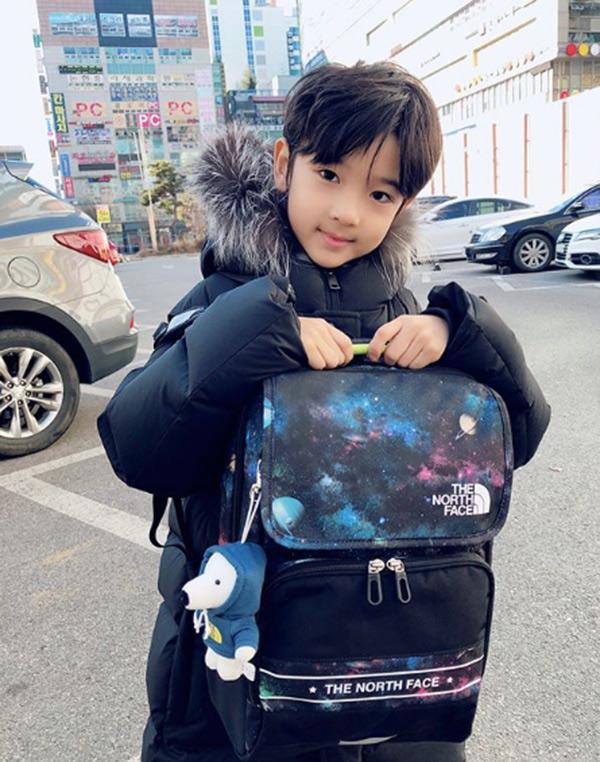 Danh tính bất ngờ của cậu bé tặng hoa Công Phượng, thân thiết bên HLV Park Hang Seo ở Hàn-6
