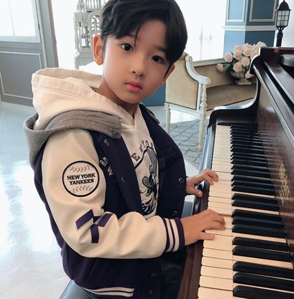 Danh tính bất ngờ của cậu bé tặng hoa Công Phượng, thân thiết bên HLV Park Hang Seo ở Hàn-7