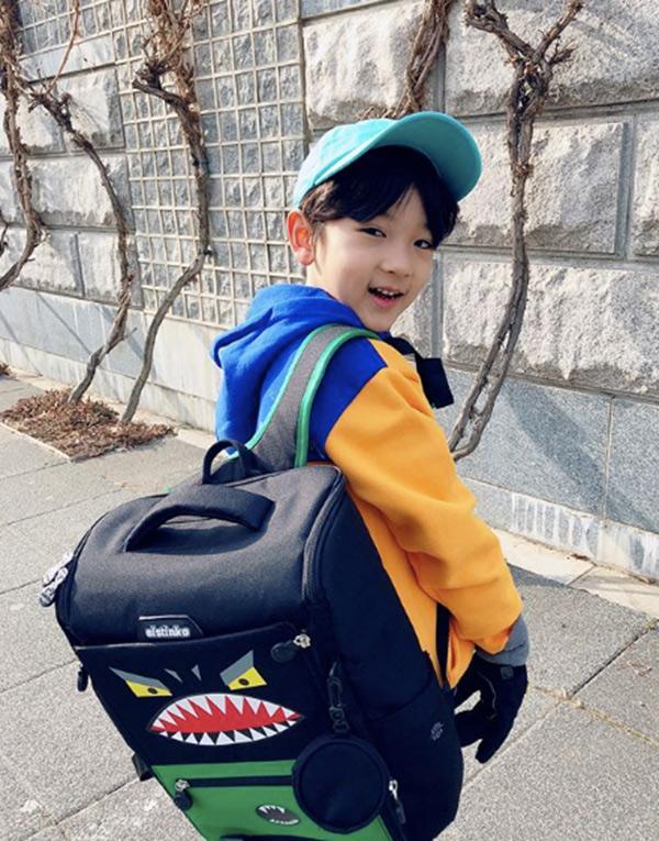 Danh tính bất ngờ của cậu bé tặng hoa Công Phượng, thân thiết bên HLV Park Hang Seo ở Hàn-8