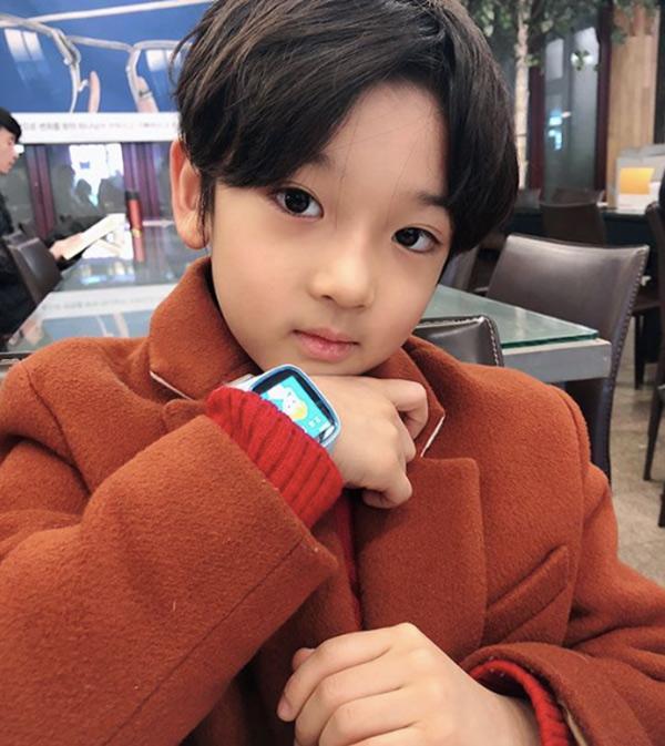 Danh tính bất ngờ của cậu bé tặng hoa Công Phượng, thân thiết bên HLV Park Hang Seo ở Hàn-9