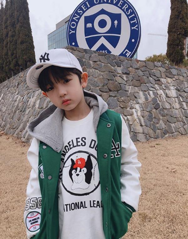 Danh tính bất ngờ của cậu bé tặng hoa Công Phượng, thân thiết bên HLV Park Hang Seo ở Hàn-11