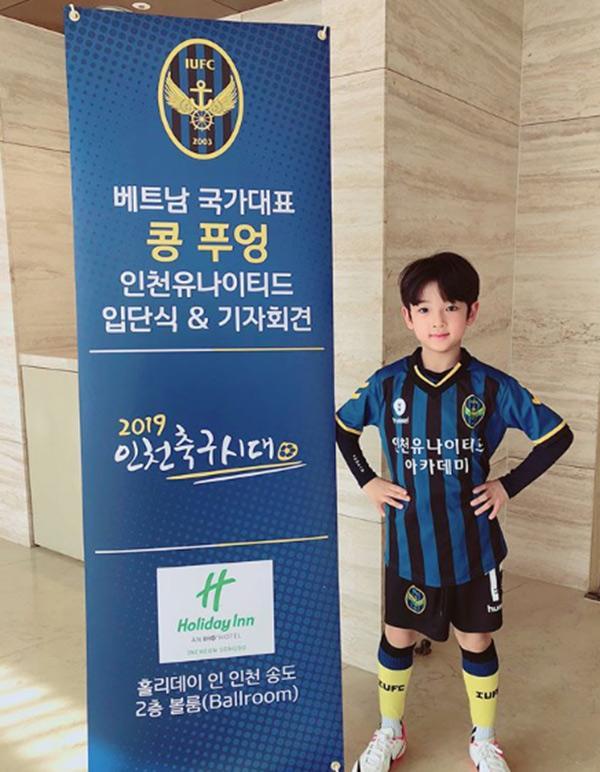 Danh tính bất ngờ của cậu bé tặng hoa Công Phượng, thân thiết bên HLV Park Hang Seo ở Hàn-4