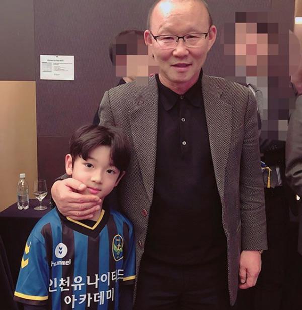 Danh tính bất ngờ của cậu bé tặng hoa Công Phượng, thân thiết bên HLV Park Hang Seo ở Hàn-3