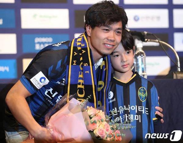 Danh tính bất ngờ của cậu bé tặng hoa Công Phượng, thân thiết bên HLV Park Hang Seo ở Hàn-1