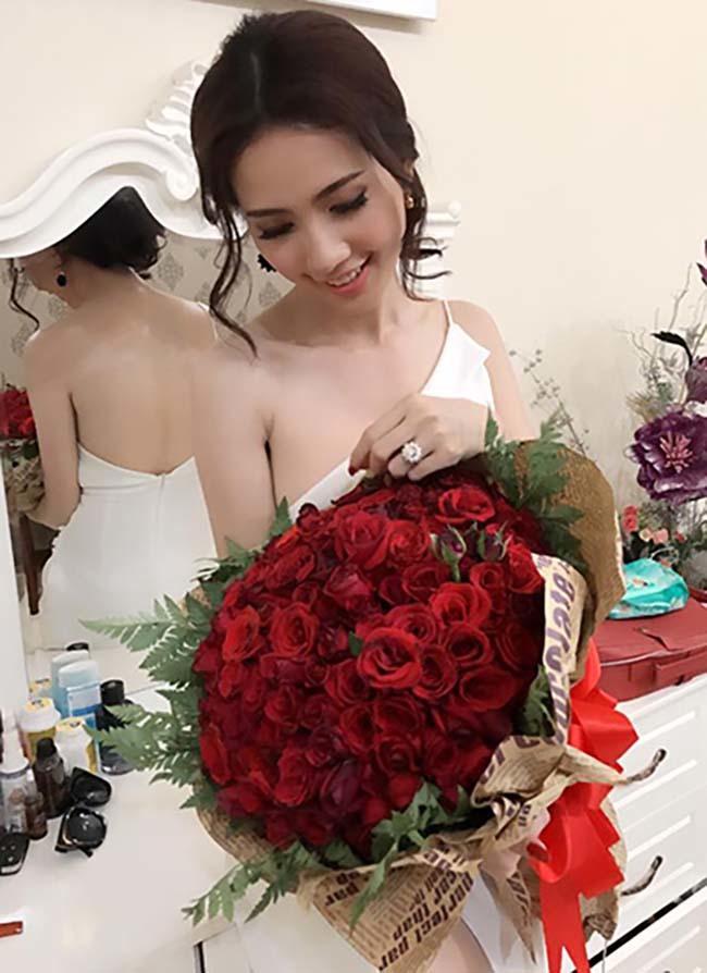 Hoa hậu vừa được bạn trai về tận quê Tiền Giang tặng nhẫn 5,5 tỷ giàu cỡ nào?-6