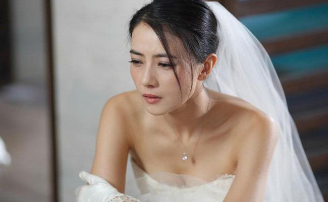 Mặc váy ren đỏ chói hí hửng chuẩn bị cho đêm tân hôn, tôi choáng váng khi thấy chồng và mẹ chồng trong tư thế khó đỡ ấy-3