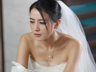 Mặc váy ren đỏ chói hí hửng chuẩn bị cho đêm tân hôn, tôi choáng váng khi thấy chồng và mẹ chồng trong tư thế khó đỡ ấy
