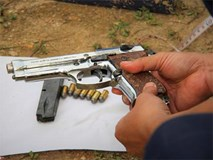 Khẩu súng của nhóm cố thủ trong ôtô suốt nhiều giờ đã lên đạn