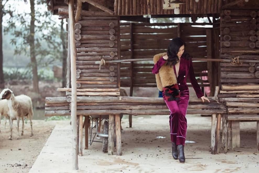 Hoa hậu Đền Hùng Giáng My bình yên vui đùa cùng đàn cừu-5