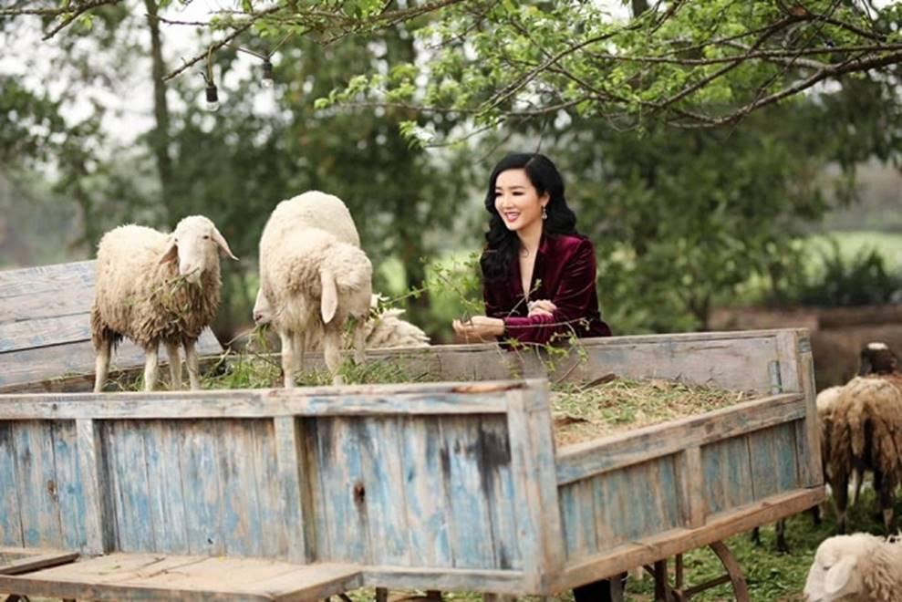 Hoa hậu Đền Hùng Giáng My bình yên vui đùa cùng đàn cừu-7