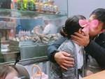 Ngồi chung băng ghế trong quán trà sữa, cô gái xui xẻo bị nụ hôn nồng nàn của cặp đôi kém duyên đốt mắt-2