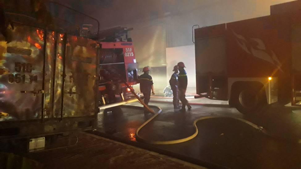 Cháy lớn xuyên đêm tại khu xưởng ở TP.HCM, hàng chục cảnh sát thức trắng đêm dập lửa-2