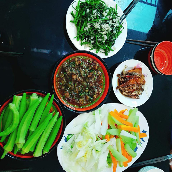 Nấu xong mâm cơm ngon lành mà chồng mải chơi game không ăn, vợ đã hành động cực phũ khiến chị em tranh cãi vô hồi-2