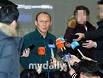Ơn giời cuối cùng thầy Park đã trở lại Việt Nam: Vị HLV phải đẩy hành lý cao ngất ngưởng vượt qua vòng vây người hâm mộ-2